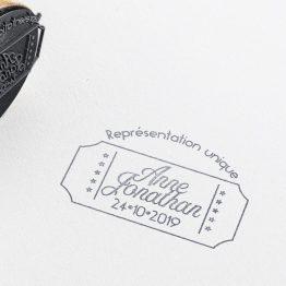 tampon personnalisé mariage Cinéma, mariage thème cinéma, tampon ticket cinéma, logo mariés, mariage moderne, tampon mariage personnalisé, tampon personnalisable mariés, tampon enveloppe mariage, mariage classique, cachet mariés - La Papeterie de Paris