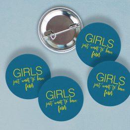 Badges EVJF Girls just want to have fun, cadeau EVJF pas cher, cadeau original EVJF, badge mariage EVJF, idées cadeaux EVJF - La Papeterie de Paris