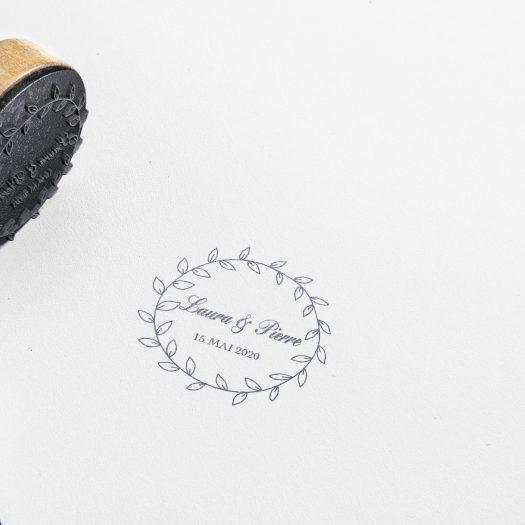 Tampon personnalisé mariage couronne florale, idées mariage champêtre, tampon mariage rond, logo mariés fleuri, tampon sur-mesure bohème, tampon personnalisable mariage, tampon mariage bohème, tampon logo mariés, tampon mariage thème champêtre - La Papeterie de Paris